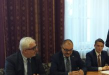 Konferencja w Brzegu Dolnym: Marszałek Cezary Przybylski z partyjnymi kolegami Aleksandrem Markiem Skorupą (z lewej)  i Michałem Jarosem (z prawej). Fot. UMWD