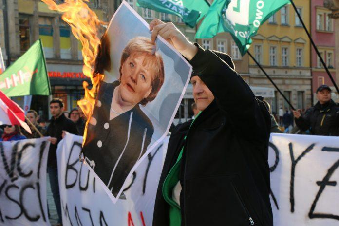 Spalenie zdjęcia Angeli Merkel podczas manifestacji